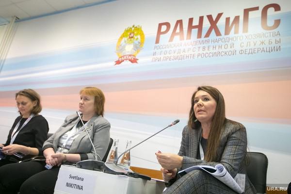 Анастасия Ракова (крайняя справа)
