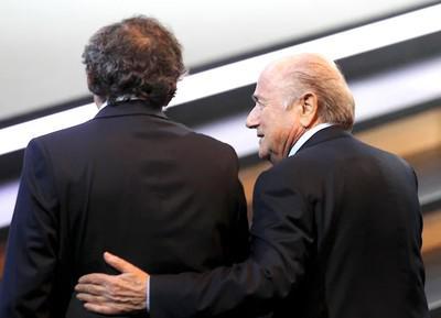 Мишелю Платини подложили Зеппа Блаттера.