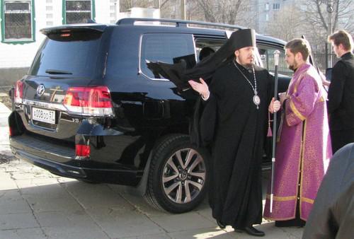 Епископ Ливенский Нектарий (слева)