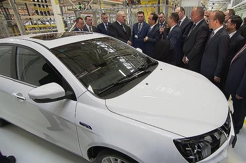 Александру Лукашенко (в центре) подарили электромобиль Geely