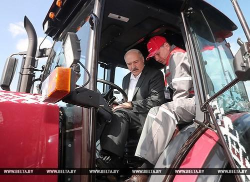 Александр Лукашенко (слева) в тракторе