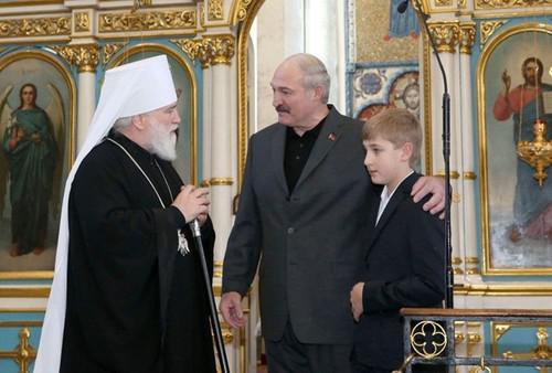 Александр Лукашенко (в центре) с сыном Николаем (справа)