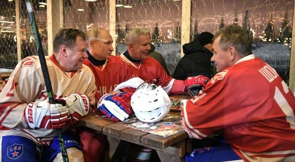Слева направо: Игорь Бутман, Владимир Путин, Вячеслав Фетисов и Сергей Шойгу