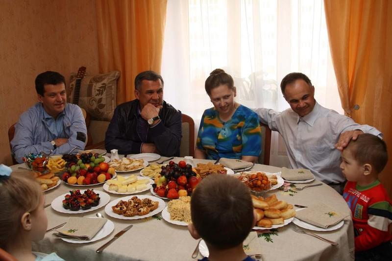 Ильсур Метшин (крайний слева) и Рустам Минниханов (второй слева)
