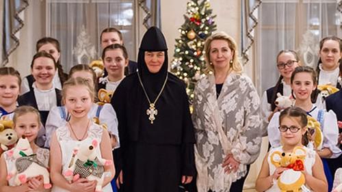 Феофания (в центре слева) и Светлана Медведева (в центре справа)