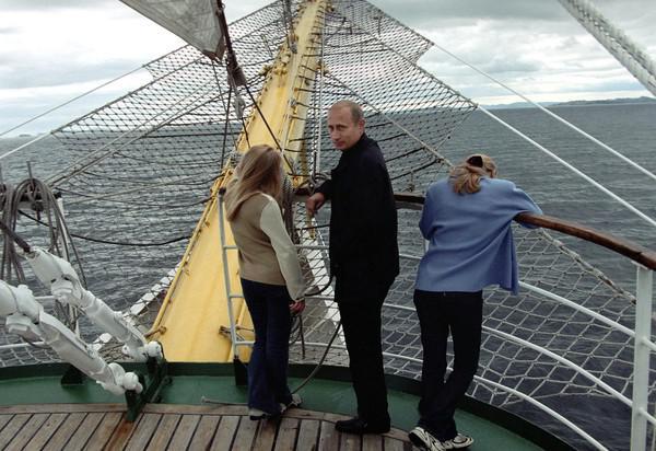 Владимир Путин с семьей на отдыхе во время морской прогулки (2002 г.)