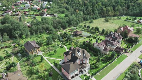 Дом Валентины Захаровой в Митрополье (на переднем плане)