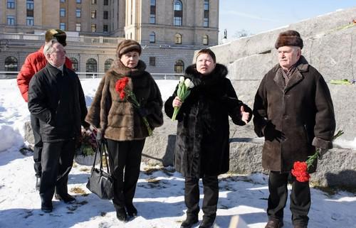 Елена Сутормина (вторая справа) и Анатолий Слуцкий (крайний справа)