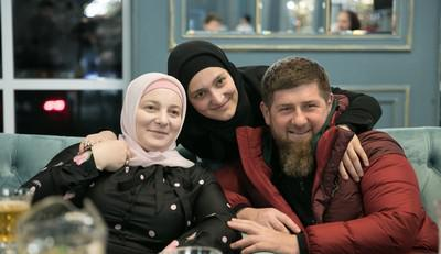 Медни Кадырова (Мусаева) (крайняя слева) и Рамзан Кадыров