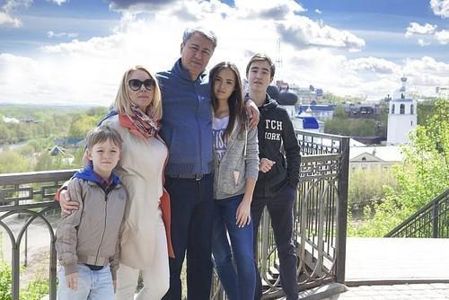Слева направо: Тимур, Елена, Рахим, Арина и Азиз Азимовы