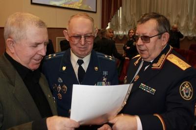Иван Храпов (в центре)
