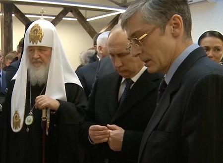 Патриарх Кирилл, Владимир Путин и Светлана Полякова (крайняя справа)
