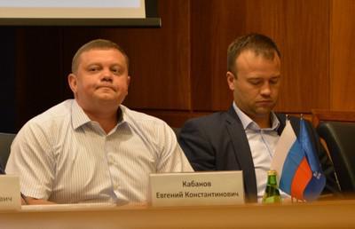 Евгений Кабанов и Михаил Храмов присосались к воде.